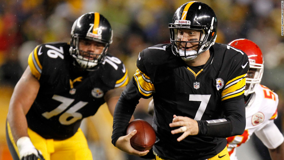 Steelers quarterback Ben Roethlisberger runs the ball in the first half against the Chiefs.