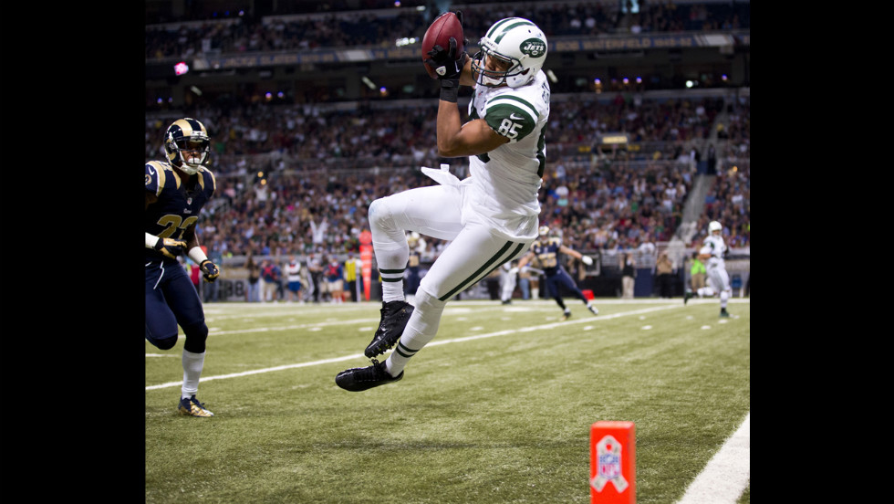 Wide receiver Chaz Schilens of the Jets falls toward the goal line after making a leaping catch against the Rams on Sunday.