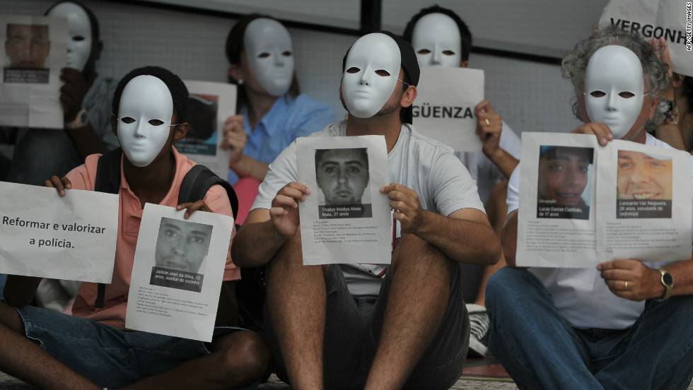 While the draw for next year's Confederations Cup was taking place, members of the anti-violence group Paz de Rio protested in Sao Paulo against the increase of the murder rate in Brazil.