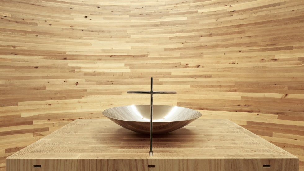"Inside the Kamppi Chapel, the curving inner wall is made out of alder planks into a closed space with light falling from above.© <a href=""http://www.uusheimo.com"" target=""_blank"">Tuomas Uusheimo</a>"