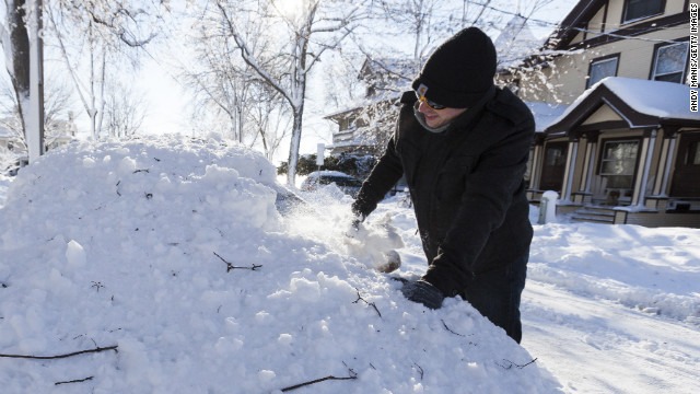 MADISON, WISCONSIN - DECEMBER 21: Sean Cairns of McHenry, Ill begins to scrape the windshield of his car December 21, 2012 in Madison, Wisconsin, a day after Wisconsin was blanketed with a record snow storm. Cairns was heading back to his home in Illinois. (Photo by Andy Manis/Getty Images)