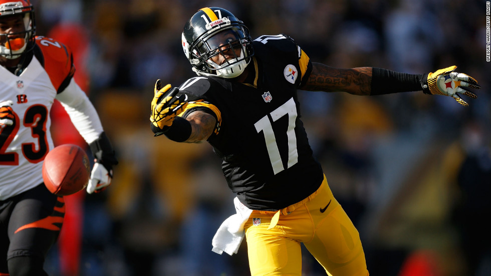 Mike Wallace of the Steelers makes a first quarter catch next to Terence Newman of the Bengals on Sunday.