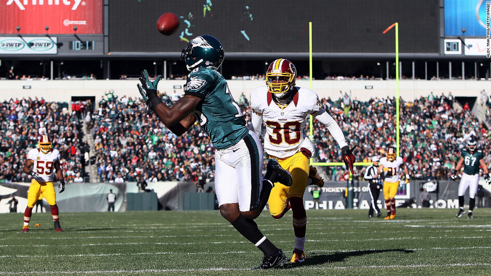 Jeremy Maclin of the Eagles catches a touchdown in the first quarter as DJ Johnson of the Redskins defends on Sunday.