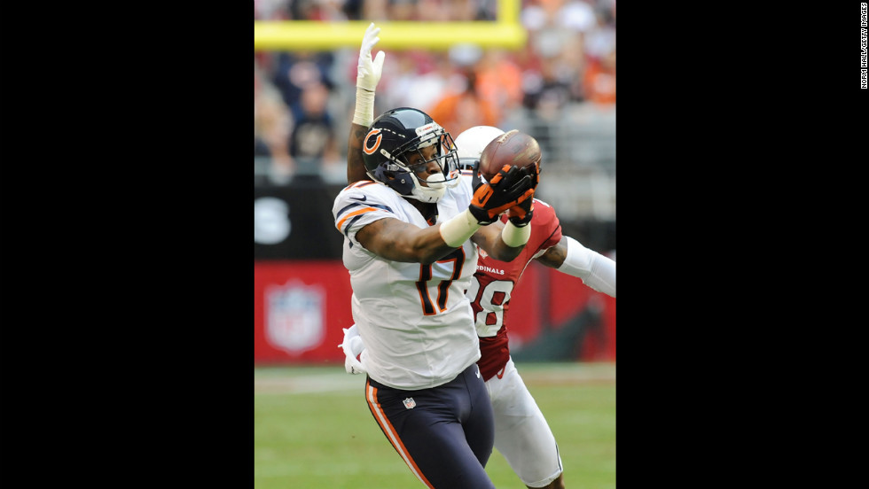 Alshon Jeffery of the Bears catches a pass against the Cardinals on Sunday.