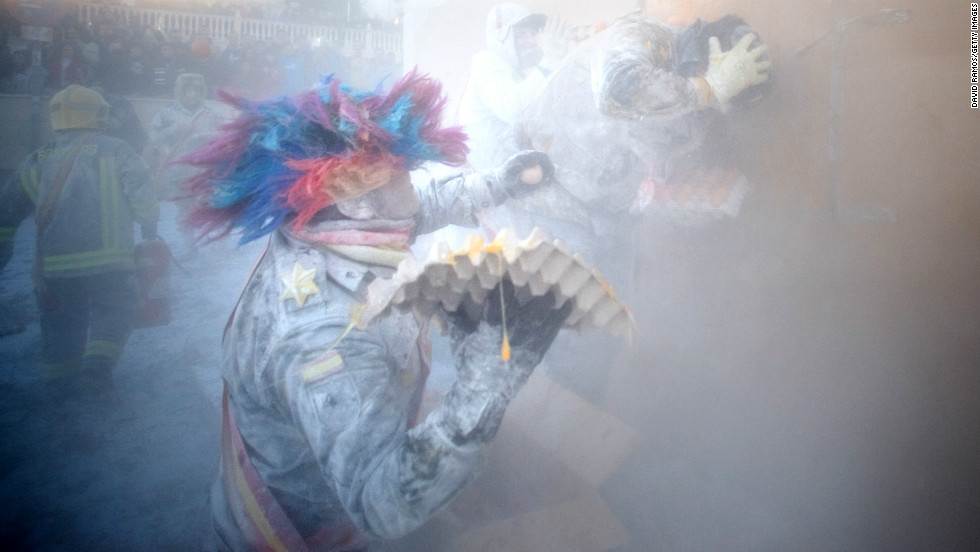 A man throws eggs during Els Enfarinats on December 28.