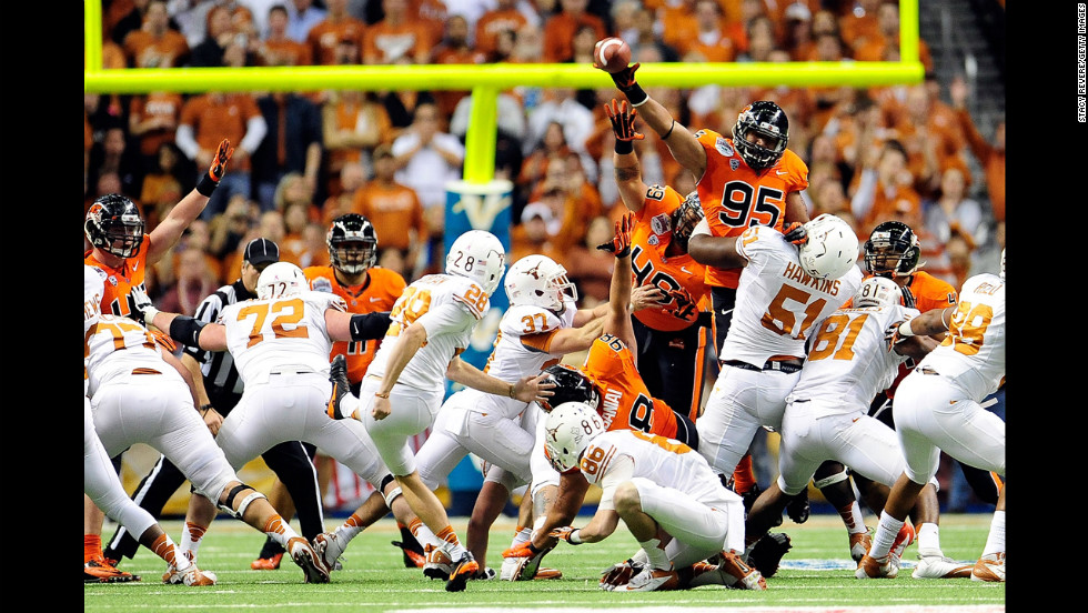Scott Crichton of the Beavers blocks a field goal attempt by Nick Jordan of the Longhorns on December 29.