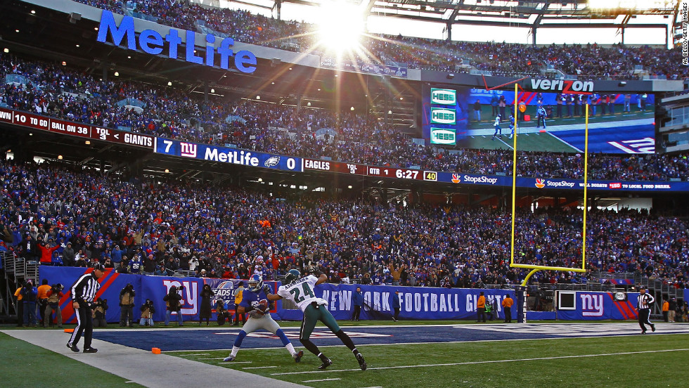 Rueben Randle of the New York Giants catches a touchdown against Nnamdi Asomugha of the Philadelphia Eagles on Sunday.
