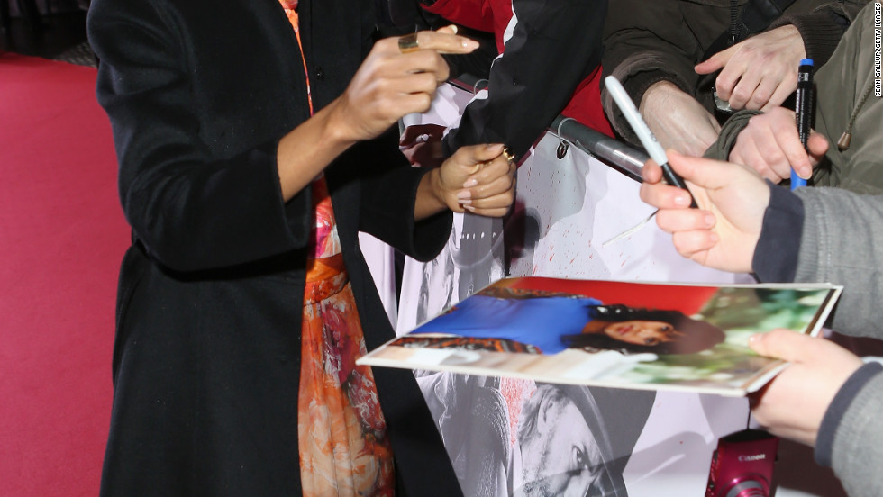 Kerry Washington signs autographs in Germany.