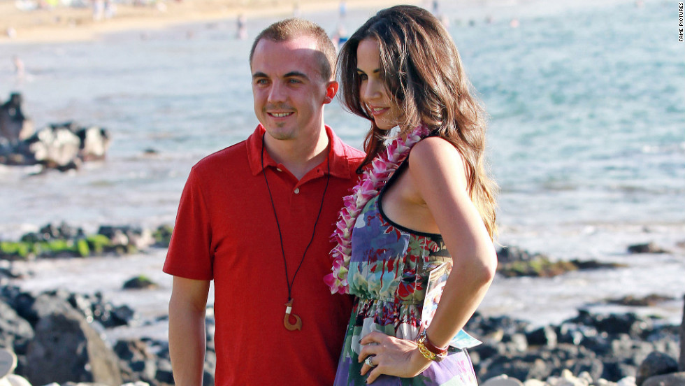 Frankie Muniz and Elycia Turnbow enjoy Hawaii together.