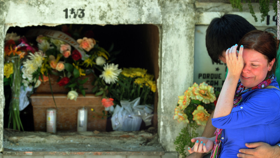 Mourners cry at the municipal cemetery on January 28.