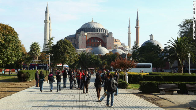 The tragic death of an American woman visiting Istanbul, Turkey, should not deter women from traveling, author says.
