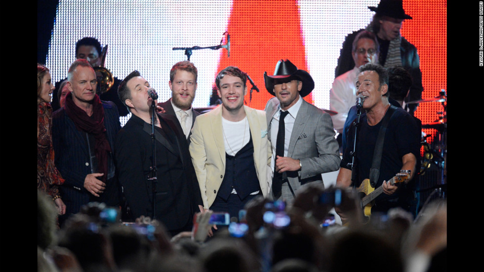 Sting, Ken Casey, Ted Dwane, Ben Lovett, Tim McGraw and Springsteen perform together.
