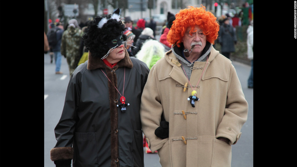 A couple walks through the streets of Düsseldorf's carnival.