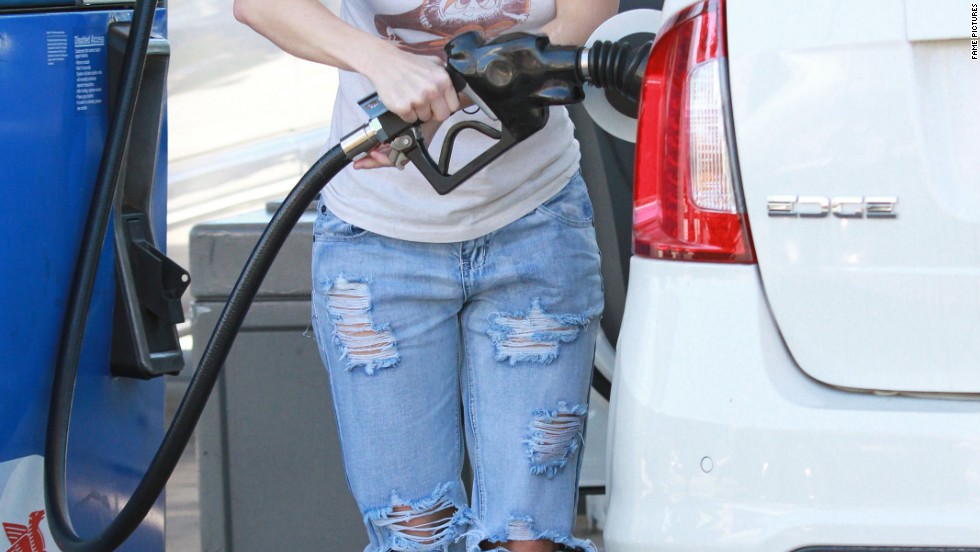 Anna Faris stops stops at a gas station in Los Angeles.