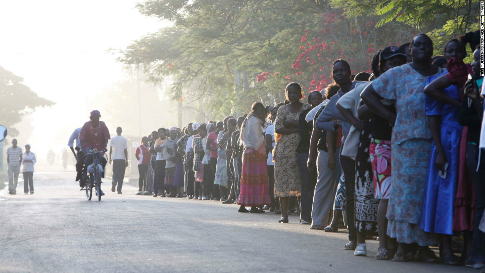 Kenyans voters queuing for the presidential elections at the Kisumu Social Centre, one of the largest polling stations in Kisumu town in western Kenya March 4, 2013.