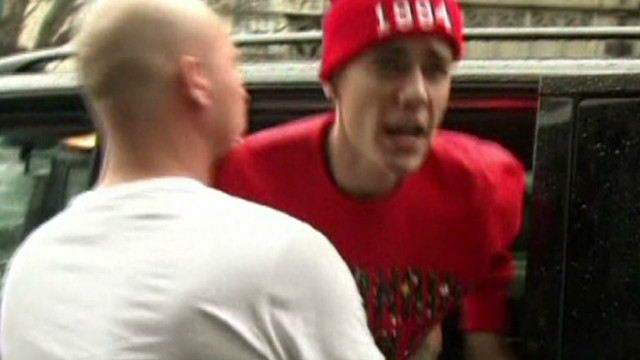 Bieber lashes out at paparazzi