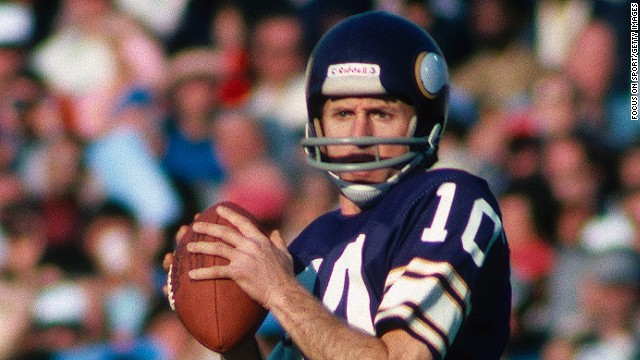 PASADENA, CA - JANUARY 9: Fran Tarkenton quarterback for the Minnesota Vikings readies a pass during Super Bowl XI against the Oakland Raiders at the Rose Bowl on January 9, 1977 in Pasadena, California.  The Raiders defeated the Vikings 32-14. (Photo by Focus On Sport/Getty Images)