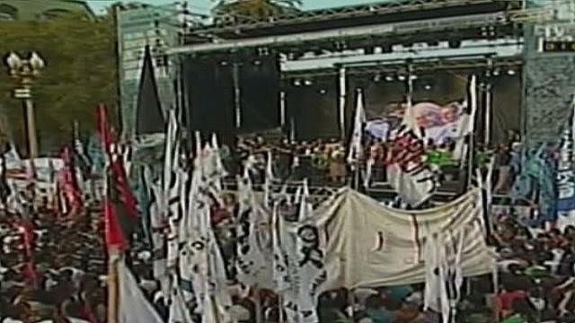 cnnee rodriguez argentina plaza de mayo march_00002027.jpg