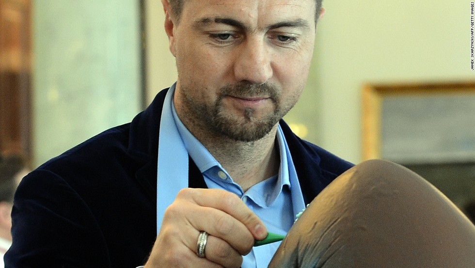 "Easter eggs or ester footballs? Looks like former Liverpool FC and Real Madrid C.F. goalkeeper Jerzy Dudek is having a ""bit"" of both!What do you prefer?"