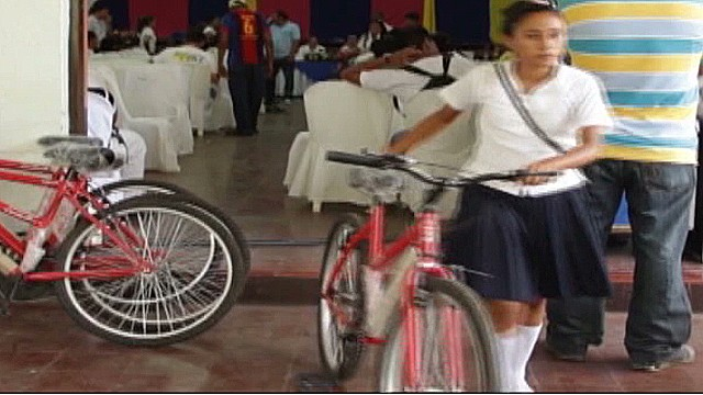 cnnee lugo nicaragua students bicycle_00003721.jpg