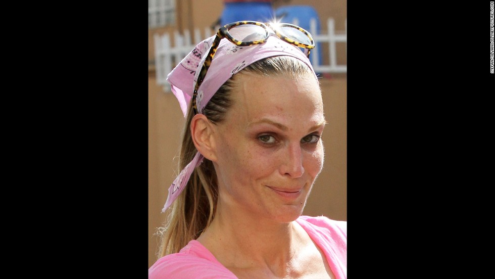 Molly Sims leaves the gym without makeup in Los Angeles on March 16, 2011.