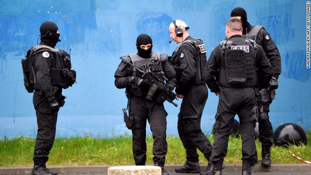 French gangster blasts out of prison