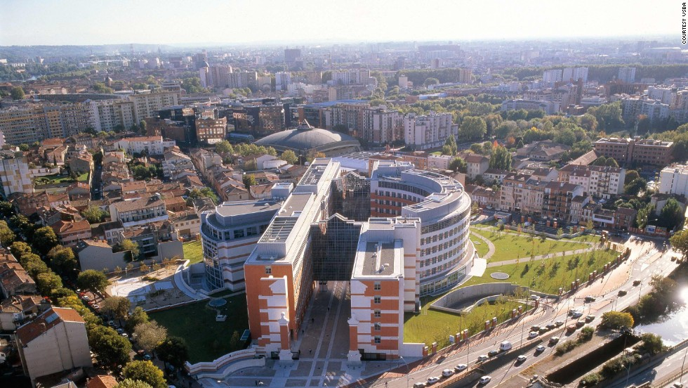 Venturi, Scott Brown and Associates won a 1992 international competition to design Toulouse's capitol building.
