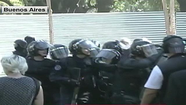 cnnee umana argentina borda hospital clashes_00001829.jpg