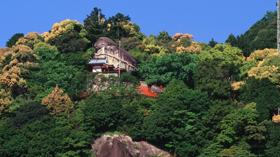 "A gigantic rock, Gotobiki-iwa, on top of Gongen Mountain is the ""enshrined natural object"" of Kaminkura Shrine near Kumano Hayatama Taishai."