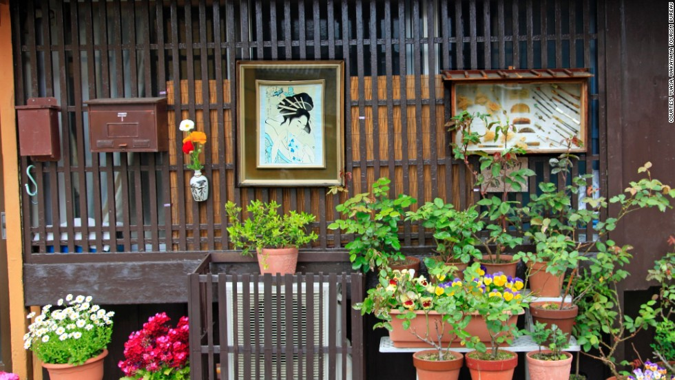 Kitamachi Fureai Gallery is an open-air museum that displays boxes of vintage items used by Yuasa residents past and present.