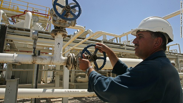 DOHUK, IRAQ, MAY 31: An employee works at the Tawke oil field near the town of Zacho on May 31, 2009 in Dohuk province about 250 miles north of Baghdad, Iraq. The Iraqi autonomous region of Kurdistan began crude oil exports on June 1, 2009 for the first time from two major oil fields, piping around 90,000 barrels per day (bpd). (Photo by Muhannad Fala'ah/Getty Images)