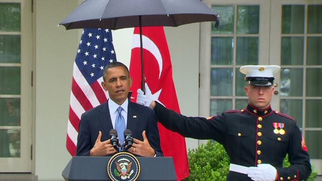 sot obama marines umbrellas in the rain _00003415.jpg