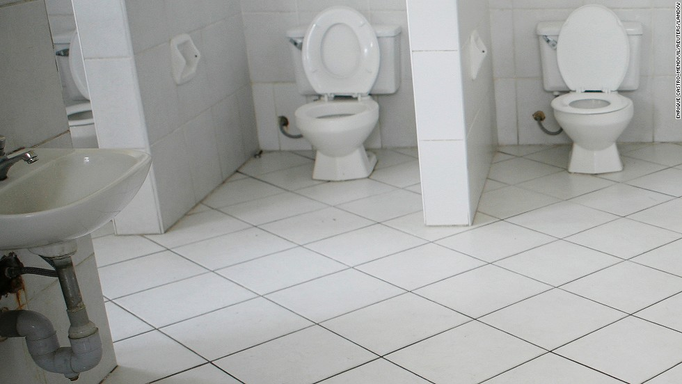 Expect to see trashcans in bathrooms next to the toilet. While Peruvian plumbing handles your waste, it doesn't do toilet paper, which must be put in the bin next to the bowl.