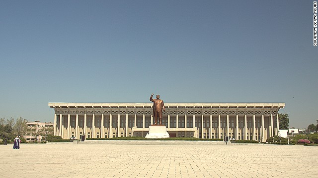 No Sinuiju itinerary is complete without hitting up this statue of late North Korean founder, Kim Il Sung, and the North Pyongan Province Revolutionary Museum behind it.