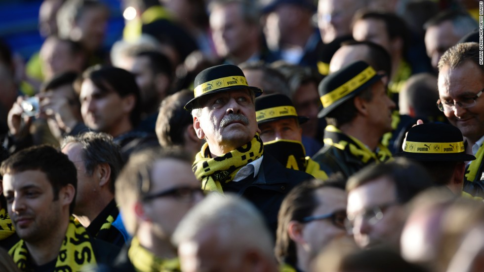 Borussia Dortmund wear black and yellow attire in support of their team.
