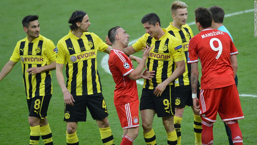 Bayern Munich's French midfielder Franck Ribery, center, talks with Borussia Dortmund's striker Robert Lewandowski after a penalty was called.