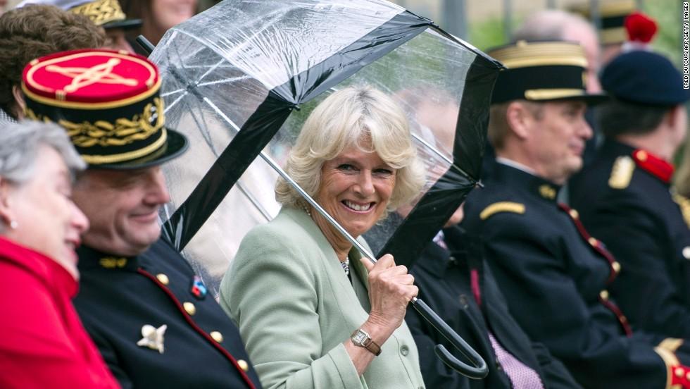 Camilla is entertained by la Garde républicaine.