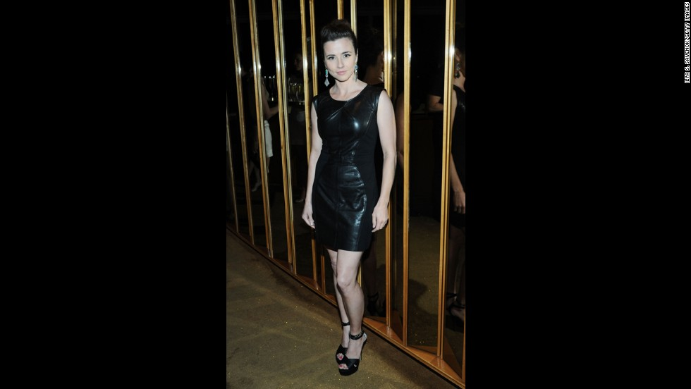 """Mad Men"" actress Linda Cardellini struck a modern pose in a <a href=""http://www.instyle.com/instyle/package/general/photos/0,,20689921_20705986_21341186,00.html"" target=""_blank"">Rebecca Minkoff dress </a>paired with Jerome C. Rousseau shoes and Irene Neuwirth earrings."