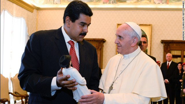 Pope Francis (R) and Venezuelan President Nicolas Maduro exchange gifts during a private audience in the pontiff's library on June 17, 2013 at the Vatican.