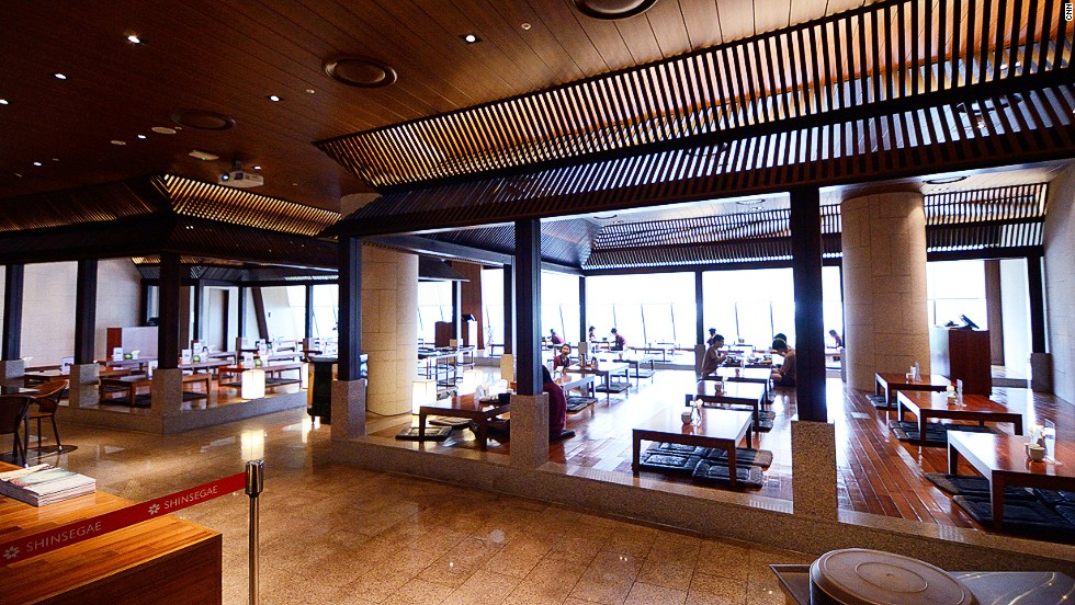 The spa's cafe and restaurant are run by the Westin Chosun hotel. Alcohol intake is limited to reduce the possibility of accidents in the sauna.