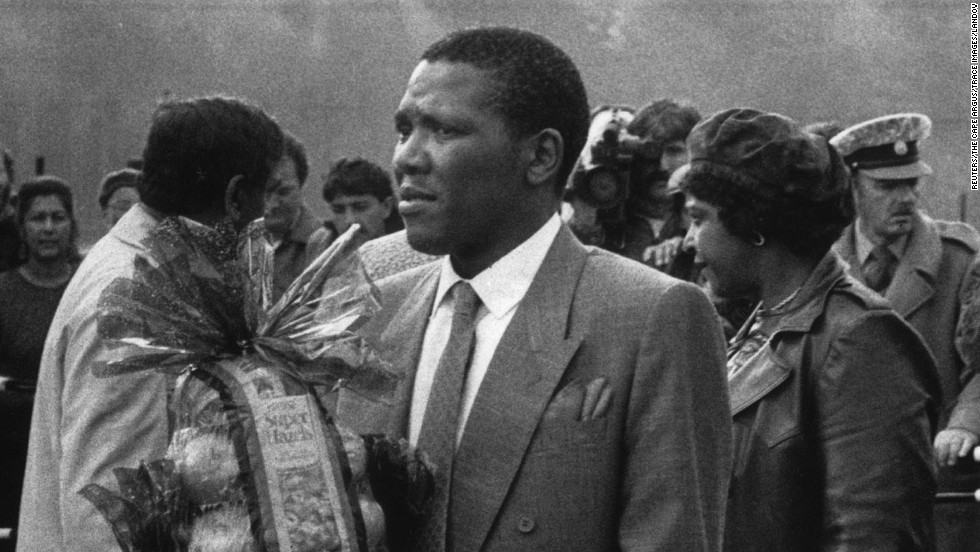 Makgatho Mandela carries a fruit basket before a 1989 ferry trip to Robben Island Prison, where his father spent much of his 27-year incarceration.