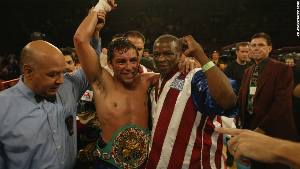 Floyd Sr.'s fallout with his son did not prevent him being a coveted trainer with 'Golden Boy' Oscar De La Hoya, seen here beating Fernando Vargas in 2002, working under him for a number of years.