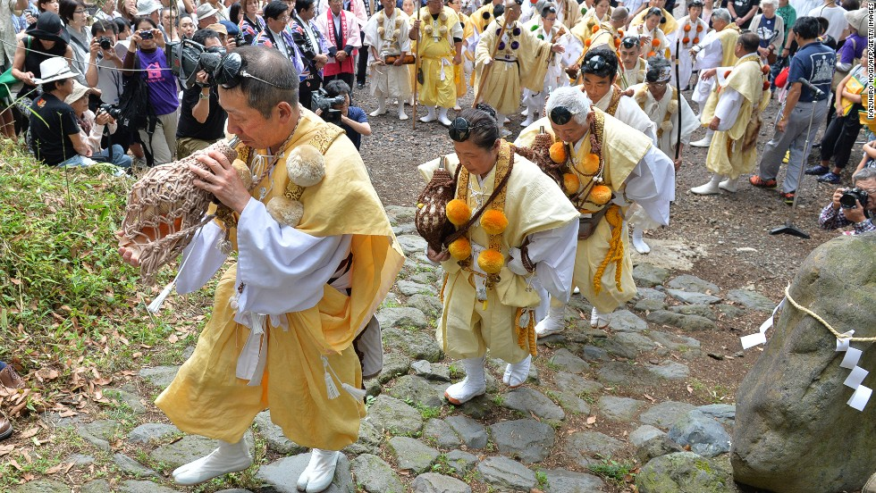Other ceremonies see monks performing rituals and marching to Kitaguchi Hongu Fuji Sengen Shrine, where they officially declare Mount Fuji open by cutting a symbolic rope.