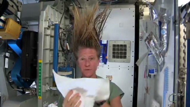 sot wash hair in space_00020509.jpg