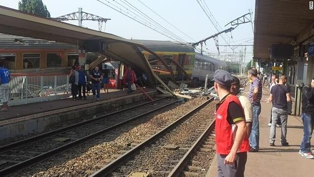 Many people have been hurt in a train crash at Bretigny-sur-Orge, south of the French capital Paris, reports say.