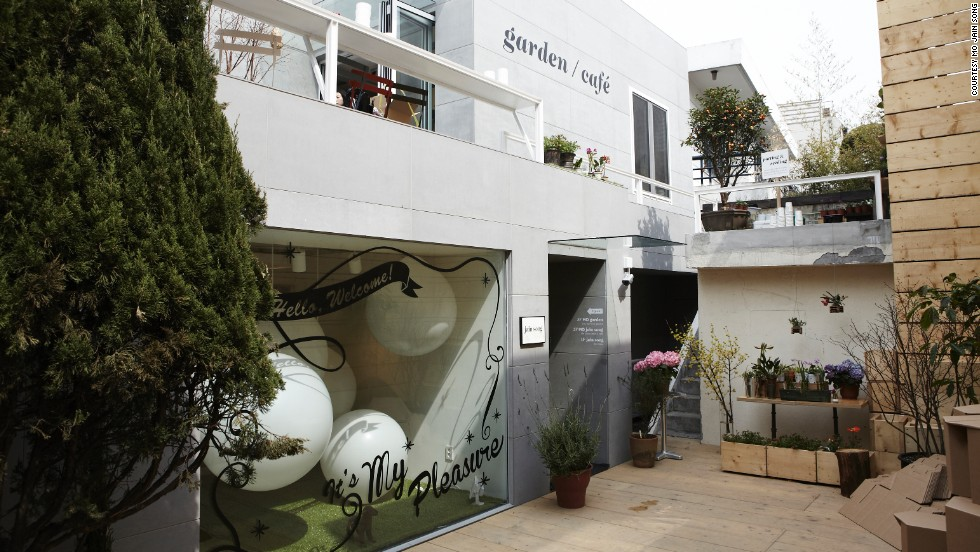 Jain Song's lifestyle/concept flagship store opened in Hannamdong in 2013 and quickly became a popular hangout for the stylish. The store has a rooftop garden and outdoor cafe. <br />