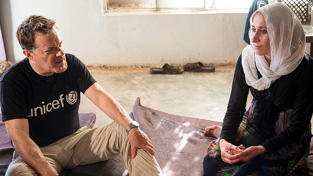 UNICEF UK Ambassador Eddie Izzard meets Yousef's mum.
