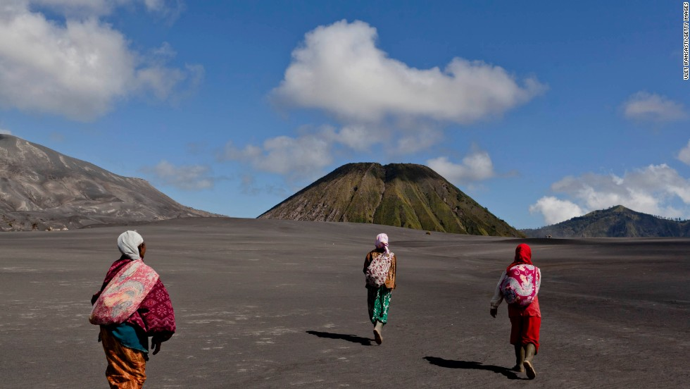 On the fourteenth day of the festival, Tenggerese Hindus journey to Mount Bromo to make offerings of rice, fruits, vegetables, flowers and livestock to the mountain gods by throwing them into the volcano's caldera.