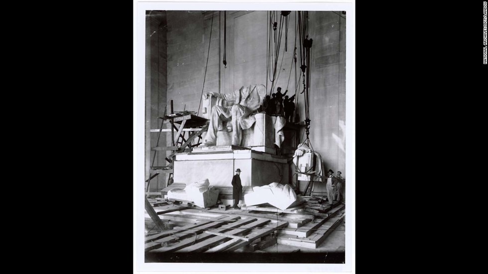Workers install the statue of President Abraham Lincoln in 1920.