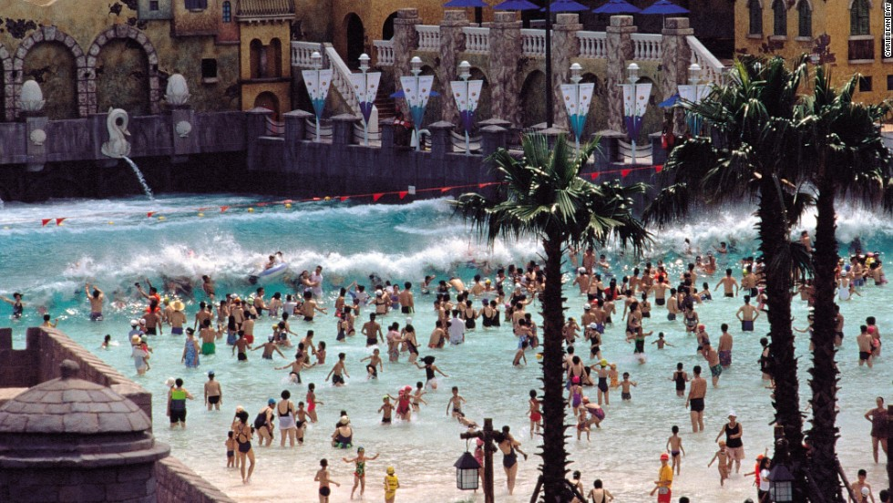 Home to the world's longest lazy river water ride, Caribbean Bay was South Korea's first water park. It has an outdoor wave pool measuring 426 feet (130 meters).